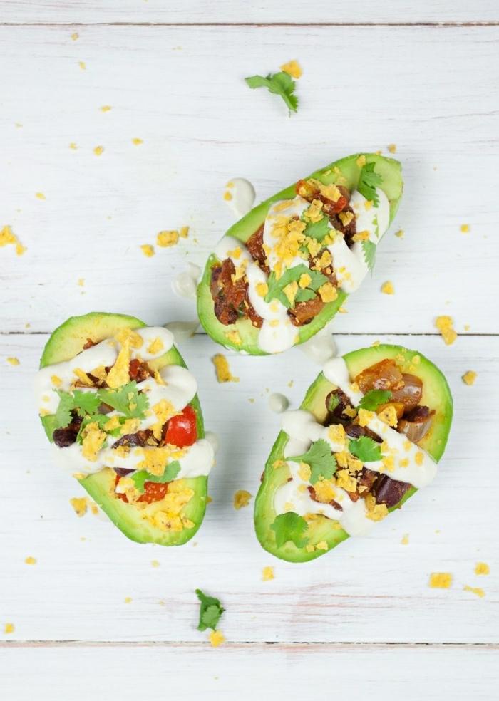desayunos ricos con verduras y aguacate, recetas de aguacate, barcos de aguacate con carne picada, huevos fritos y perejl