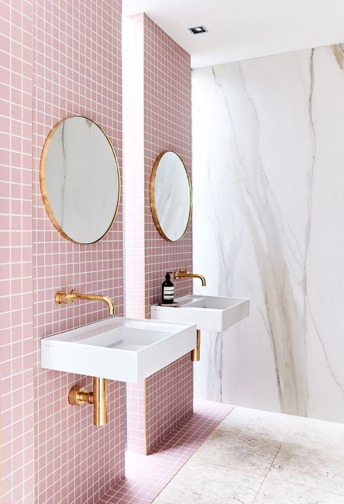 super bonitos baños decorados en colores modernos, baños pequeños con ducha, azulejos en color rosado y espejos ovales modernos