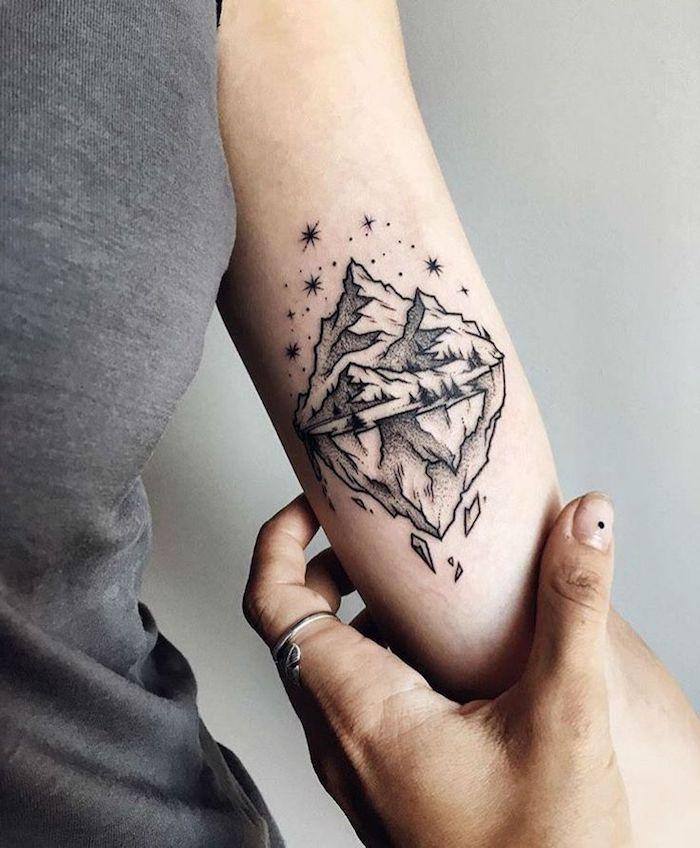 cumbres de montaña con cielo estrellado, tattoos para mujeres simbólicos y bonitos, tatuajes para mujeres originales