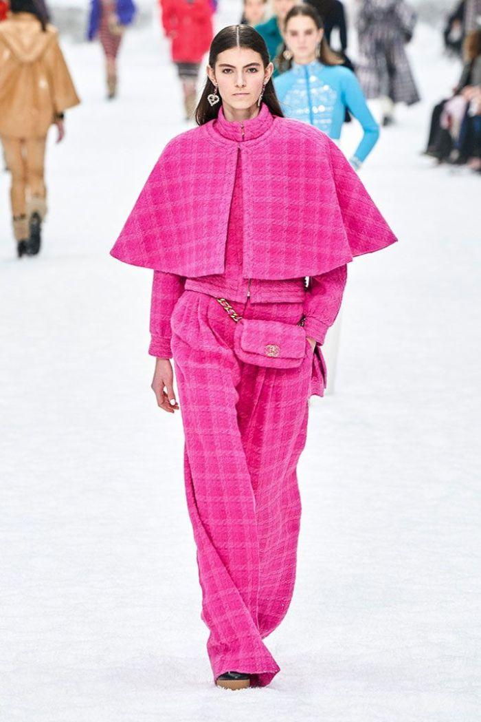 los mejores ejemplos de las tendencias invierno 2019, prendas para ir de fiesta, pantalones, parte superior y capa en rosado brillante
