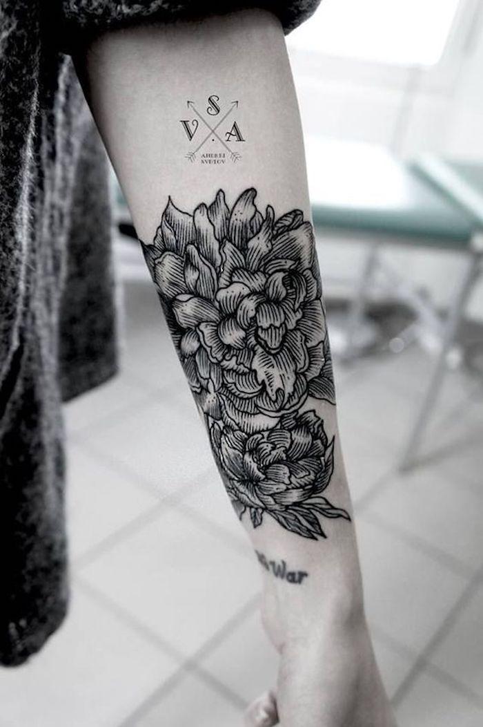 ejemplos de tattoo para mujeres, precioso tatuaje en el antebrazo, motivos para tattoos mujer para escoger, fotos en blanco y negro