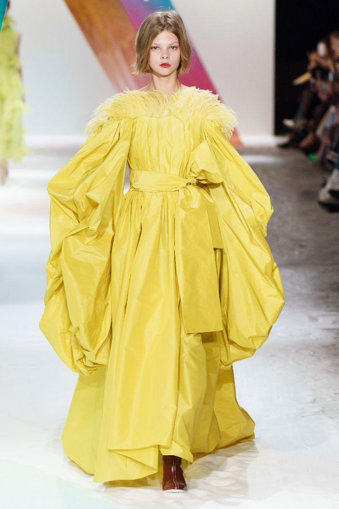 vestido maxy en amarillo vibrante con detalles en plumas, cuáles son los colores modernos 2020, tendencias invierno 2019