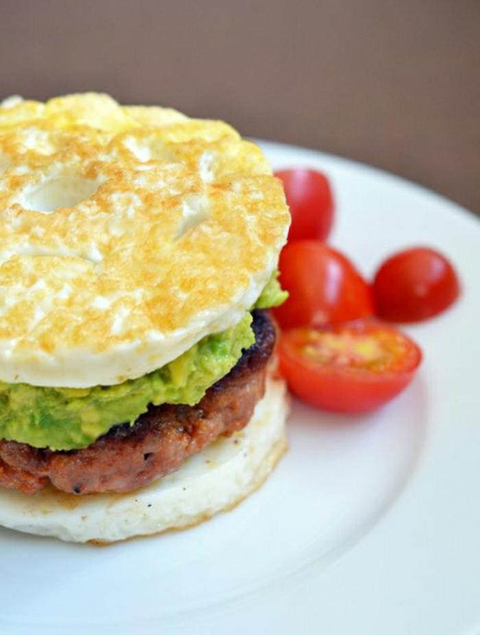 sabrosa hamburguesa con salsa de aguacate machacado y tomates cereza, recetas de verano faciles rapidas y baratas