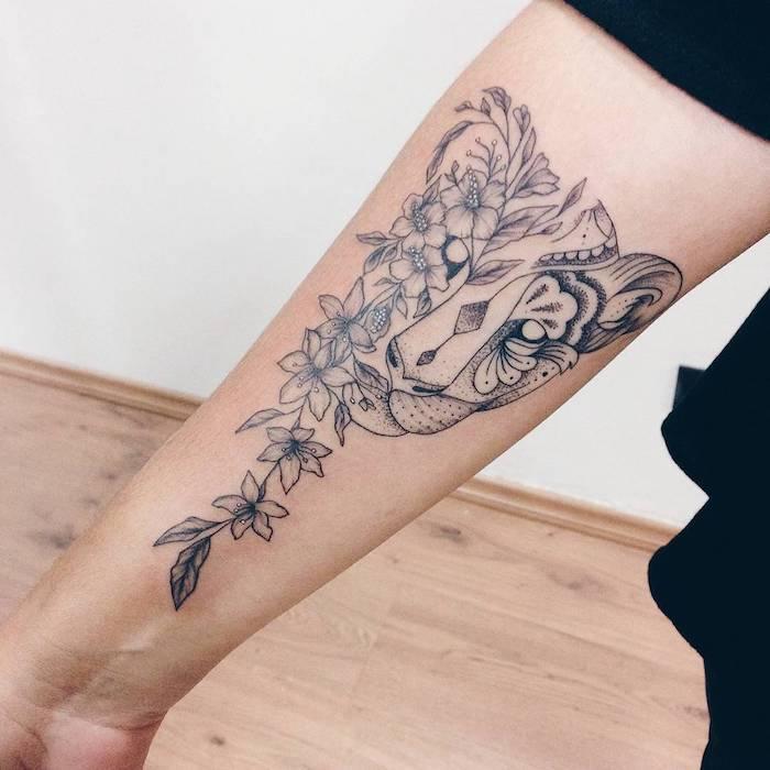 tatuajes ornamentados con motivos florales, tatuaje tigre con flores en el antebrazo, tatuajes de mujer originales con signfiicado