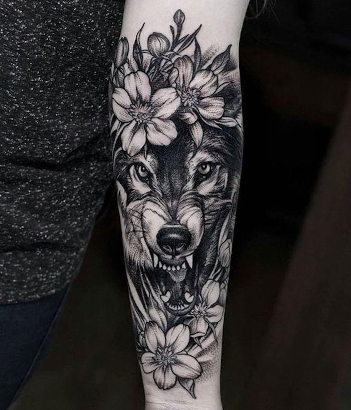 tatuajes de mujer con flores, diseños con motivos florales y animales, como elegir un tatuaje mujer bonito, tatuajes de mujer
