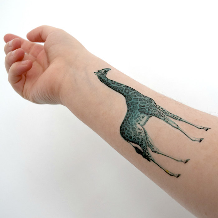tatuaje jirafa en el antebrazo, tatuajes de mujer de animales, tattoos animales originales, diseños de tattoos bonitos