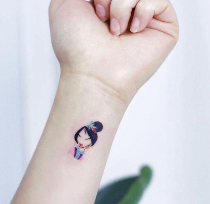 estilos de tatuajes bonitos, tatuaje en la muñeca, diseños de tatuajes en el antebrazo, tatuajes Disney en colores