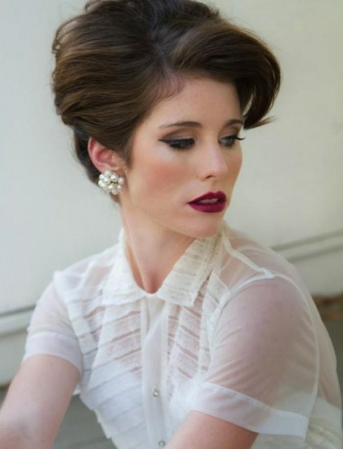 apariencia super elegante, blusa blanca transparente, perlas y labios en color rojo oscuro, fotos de peinados vintage