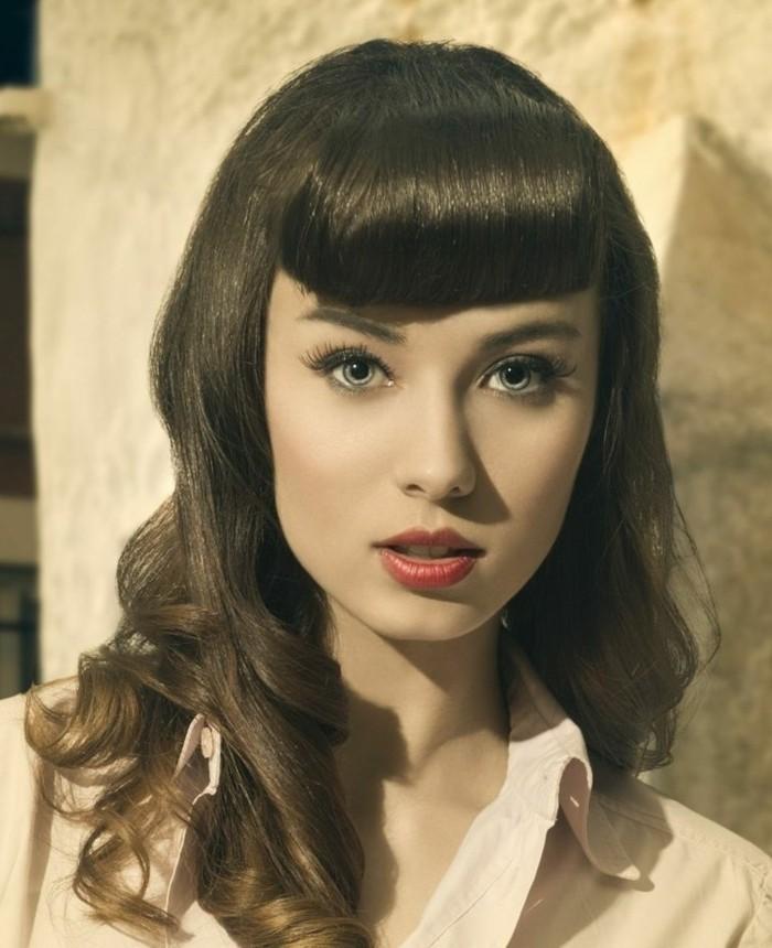 flequillo típico para los peinados vintage, cabello color castaño claro con rizos y flequillo recto redondeado, fotos de chicas pin up
