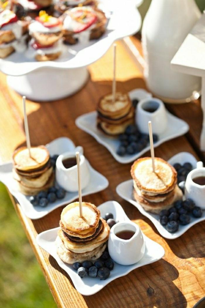 panqueques americanos caseros con arándanos y jarabe de acre, ricas recetas para hacer en casa paso a paso en imagenes