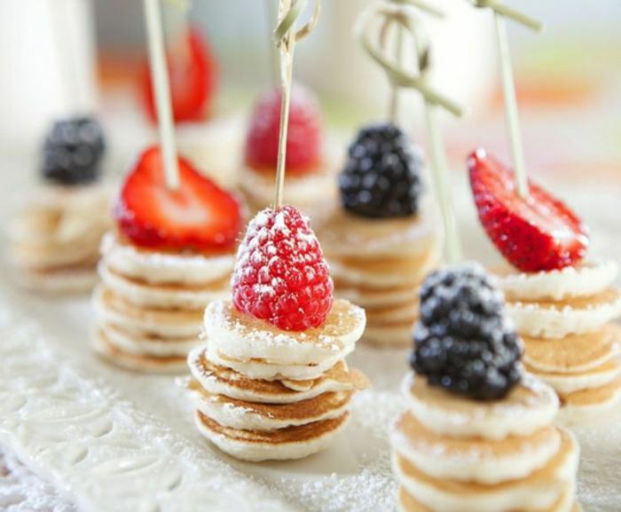 recetas de verano faciles rapidas y baratas para un brunch, mini panqueques esponjosos con frutas rojas, ideas de postres