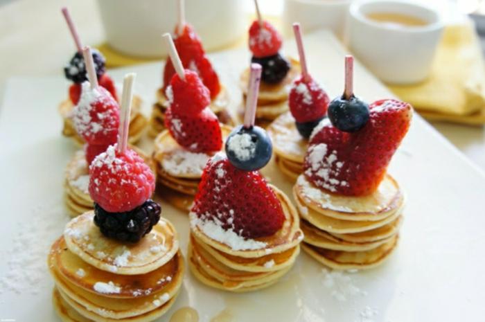 pinchos con frutas rojas y panqueques con azúcar glas, ideas de recetas de verano faciles rapidas y baratas en fotos