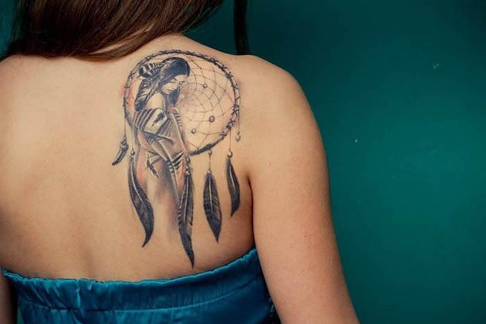 diseños de tatuajes para mujer en la espalda, precioso tatuaje con atrapador de sueños, diseños de tattoos mujer en la espalda