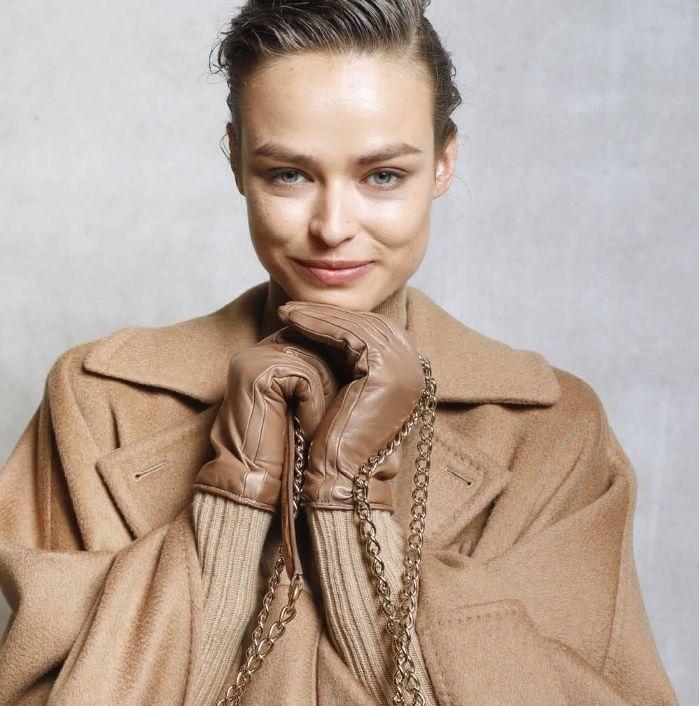 paletas de colores modernos, tendencias invierno 2019, abrigo en color camel, atuendo en beige, pequeño bolso en beige