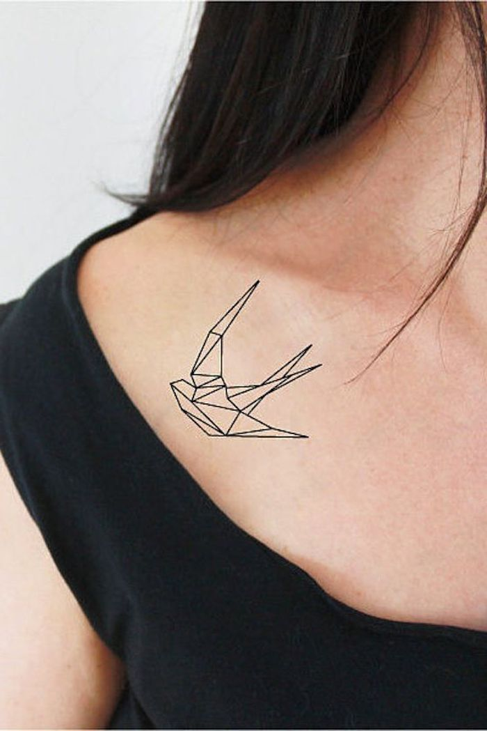 pequeño detalle tatuado en el hombro, diseños de tatuajes simbolicos, tatuajes con aves, diseños de tattoos originales