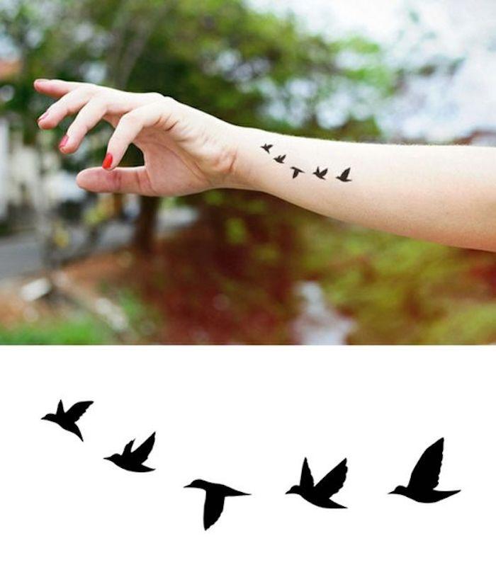 preciosos tatuajes en la mano, tatuajes para mujer en la espalda, diseños de tatuajes en pleno vuelo, tatuajes mujer minimalistas