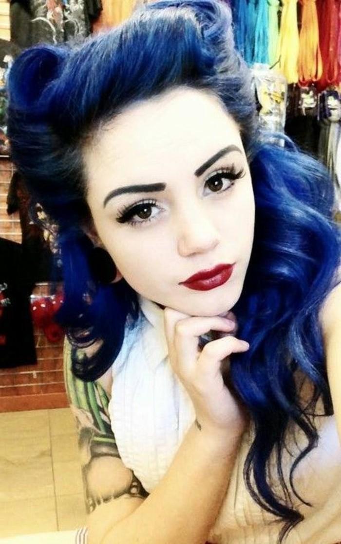 peinados originales de los años 50 para ir de fiesta, semirecogido pelo largo negro con mechones color azul y volumen en el cabello