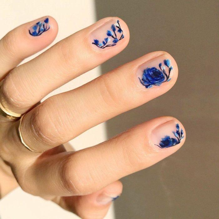 adorables ideas de decoracion de uñas con motivos florales, dibujos de flores en las uñas, preciosa manicura en color azul