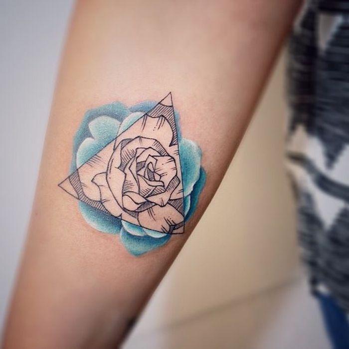 tatuajes geométricos en el antebrazo, diseños de tatuajes con figuras geométricas, bonitos diseños en colores para mujeres
