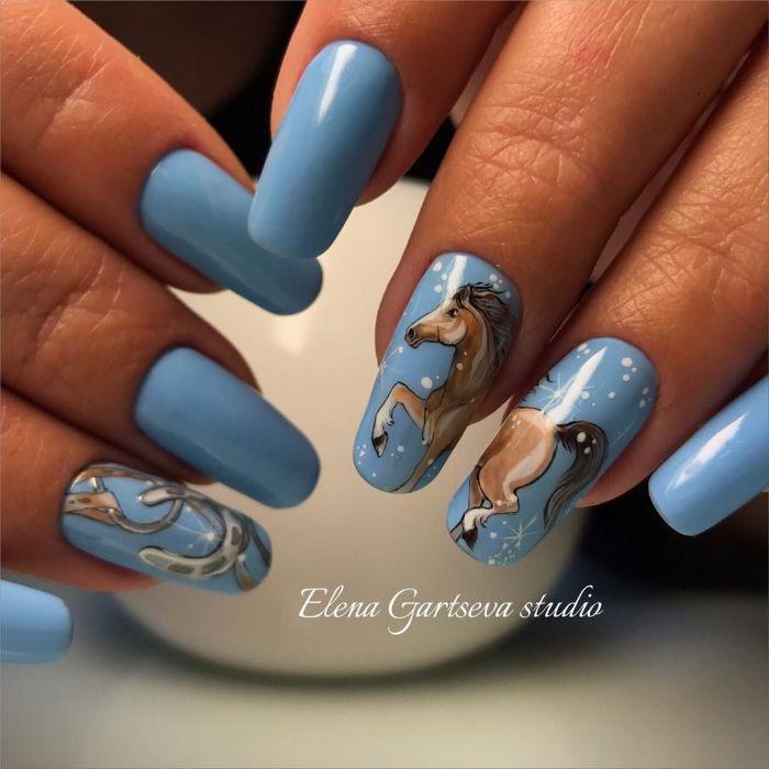 uñas largas cuadradas pintadas en color azul con dibujos bonitos, decoracion de uñas largas, ideas de dibujos en la manicura