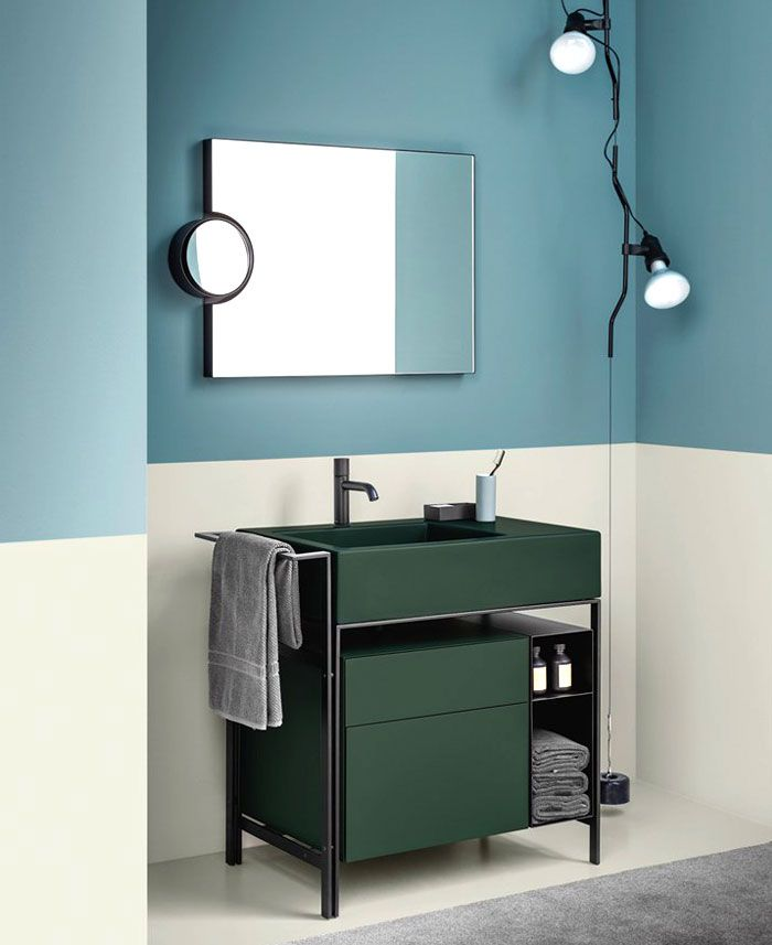 baños modernos decorados en colores claros, baño en azul y blanco con cofre en color verde oscuro, baños pequeños con ducha
