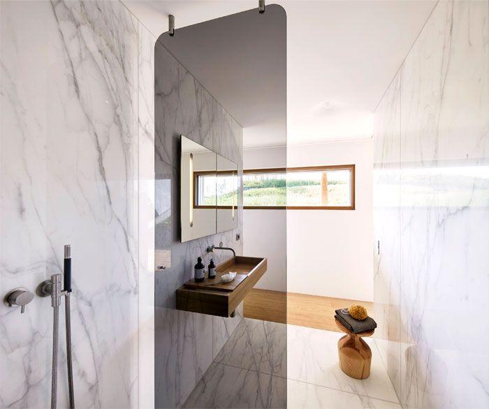 baños pequeños con ducha, pequeños espacios decorados en estilo contemporáneo, baño de mármol con detalles de madera