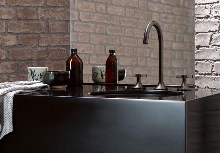 últimas tendencias en decoración de baños, baños pequeños con ducha, cuartos de baño en colores oscuros, paredes de ladrillo