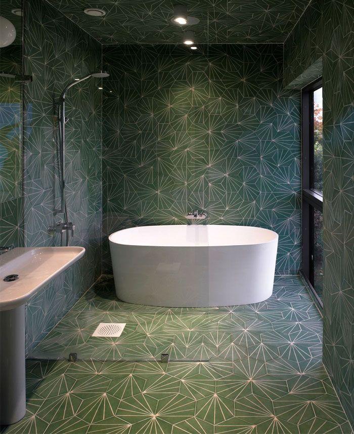 baño grande con azulejos de diseño y grande bañera exenta, baños pequeños con ducha, fotos de baños de diseño