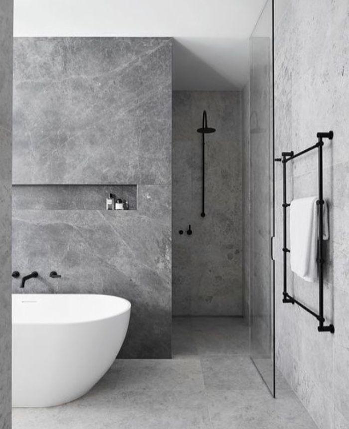 decoración de interiores 2019, baño decorado en blanco y gris, baños blancos con bañera exentas, decoración de interiores