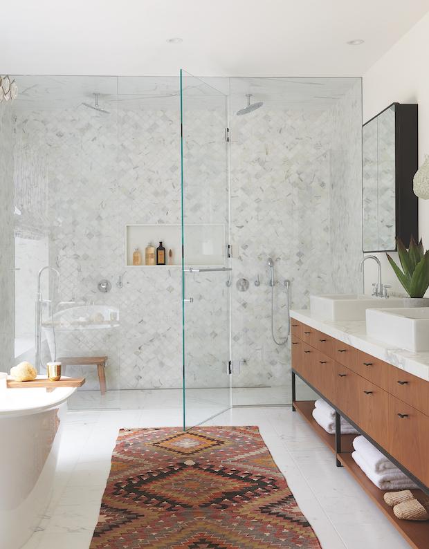 baños blancos decorados en estilo boho chic, cuarto de baño pequeño con pequeños azulejos de forma hexagonal en blanco y gris