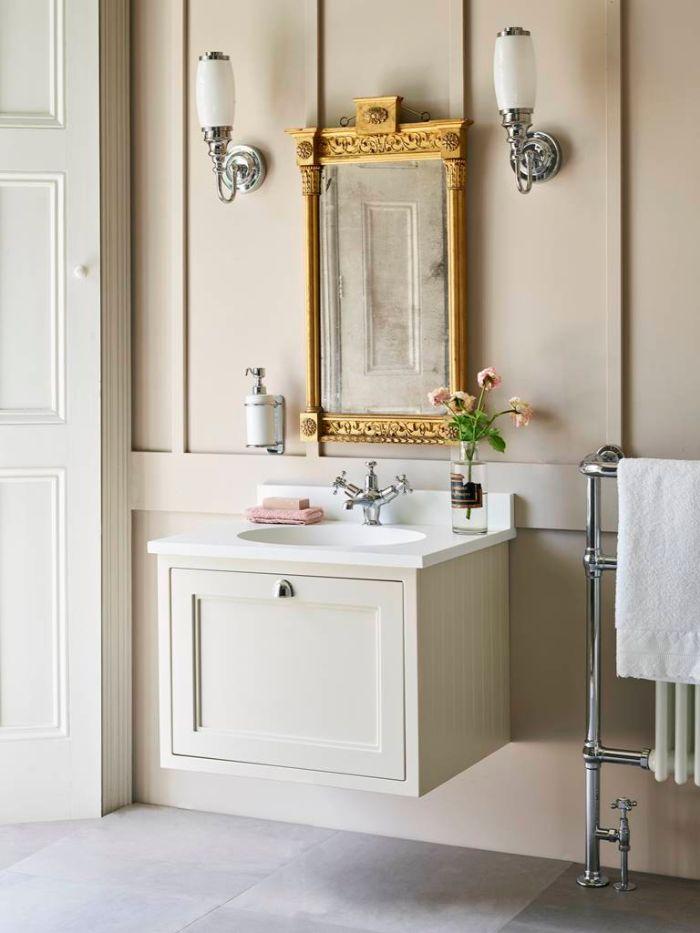 baños blancos con detalles en colores pastel, espejo ornamentado en color dorado, muebles para baño en estilo vintage