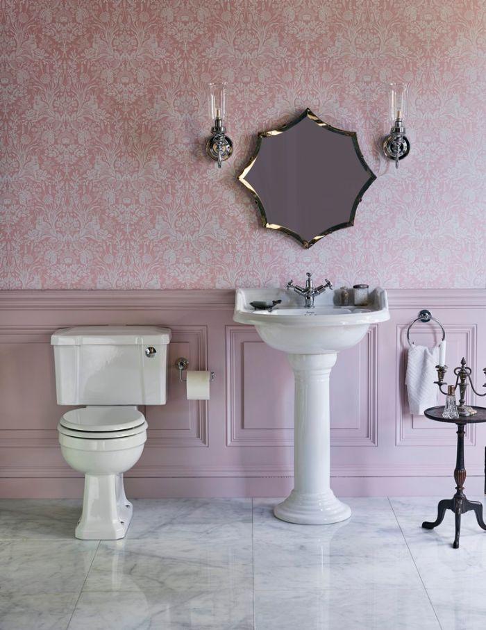 decoracion cuartos de baño en estilo vintage, pequeño baño con paredes con papel pintado con motivos florales, suelo de mármol