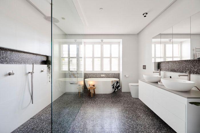 decoracion cuartos de baño, grande baño decorado en blanco y gris, suelo oscuro, paredes blancas y lavabos modernos