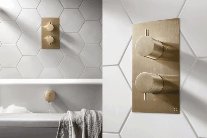diseños de baños modernos con detalles en dorado, baños blancos modernos, ideas de decoracion cuartos de baño en fotos