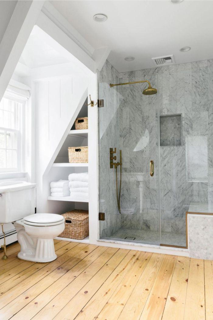cuarto de baño en blanco y gris con suelo de parquet, decoracion cuartos de baño, decoracion cuartos de baño bonitos