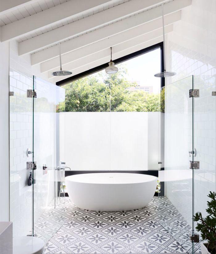 decoración de baños modernos, baño pequeño decorado en blanco con azulejos ornamentados y techo inclinado