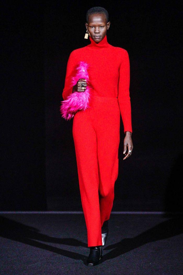 monos de moda invierno 2019 mujer, precioso mono en color rojo brillante combinado con un bolso con plumas en rosado