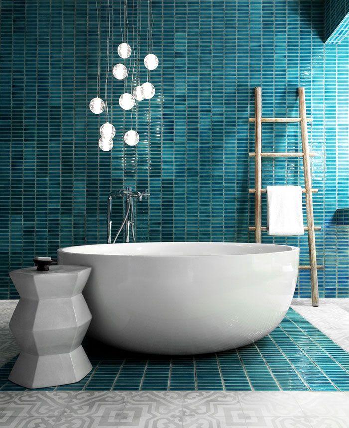 decoracion de baños en colores modernos, baño con azulejos de diseño en color aguamarina, grande bañera oval