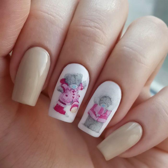 hermosas ideas de decoracion de uñas en fotos, uñas largas en color blanco y beige con preciosos dibujos de pegatinas