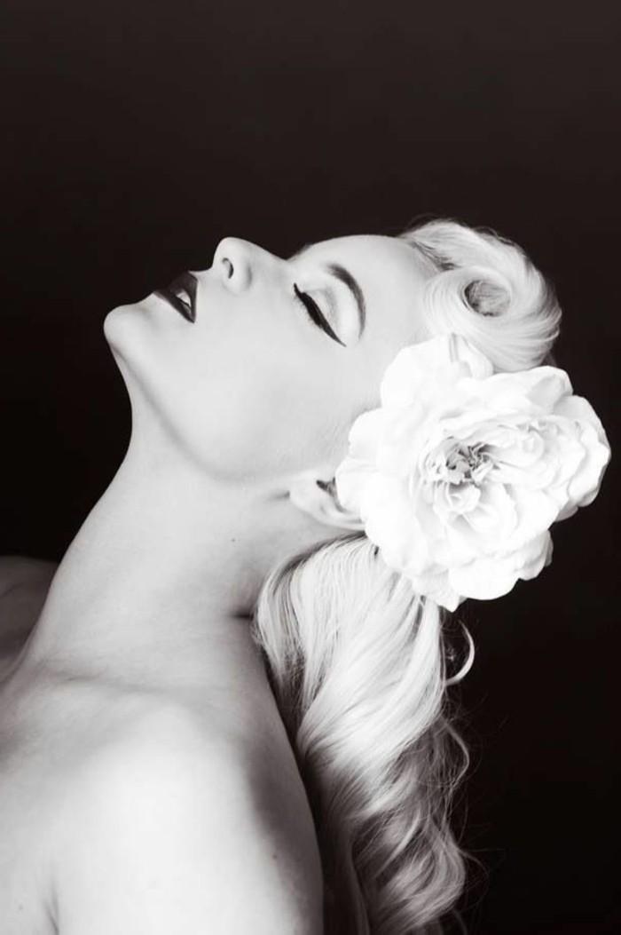 fotos clásicas de peinados vintage, fotografías en blanco y negro de mujeres en estilo pin up, media melena rizada