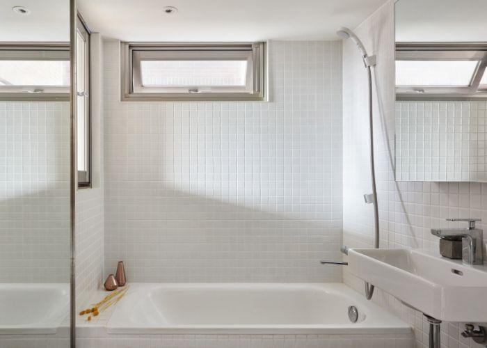 ideas sobre como decorar cuartos de baño pequeños, pequeño cuarto de baño decorado en blanco con azulejos de diseño