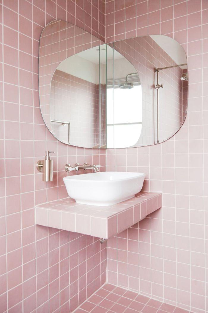 cuartos de baño pequeños en color rosado, espejo de forma original, baldosas pequeña en color rosado, diseños de baños