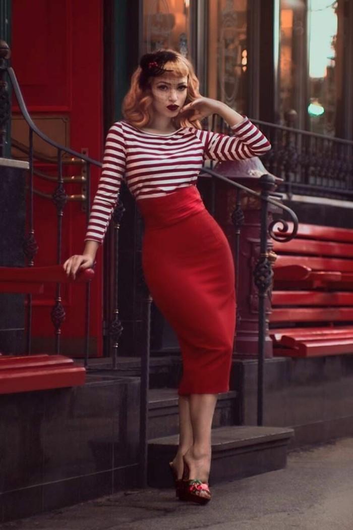 fotos de ropa rockabilly, falda con cintura alta en color rojo y blusa rojo y blanco en rayas, peinados pin up media melena