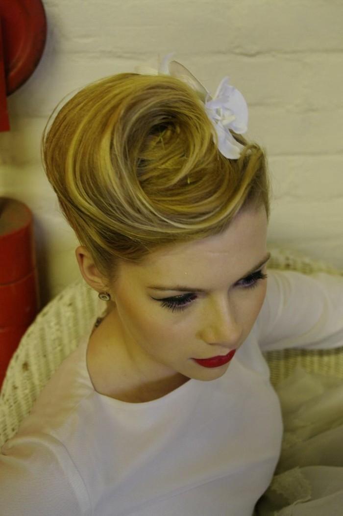 super originales ideas de ropa rockabilly y peinados pin up en fotos, recogidos bonitos en estilo vintage con flores en el pelo