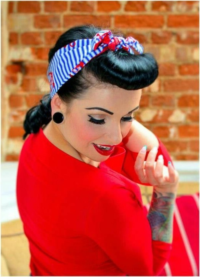 recogido original con flequillo redondeado, maquillaje pin up con pestañas postizas, ropa en color rojo brillante