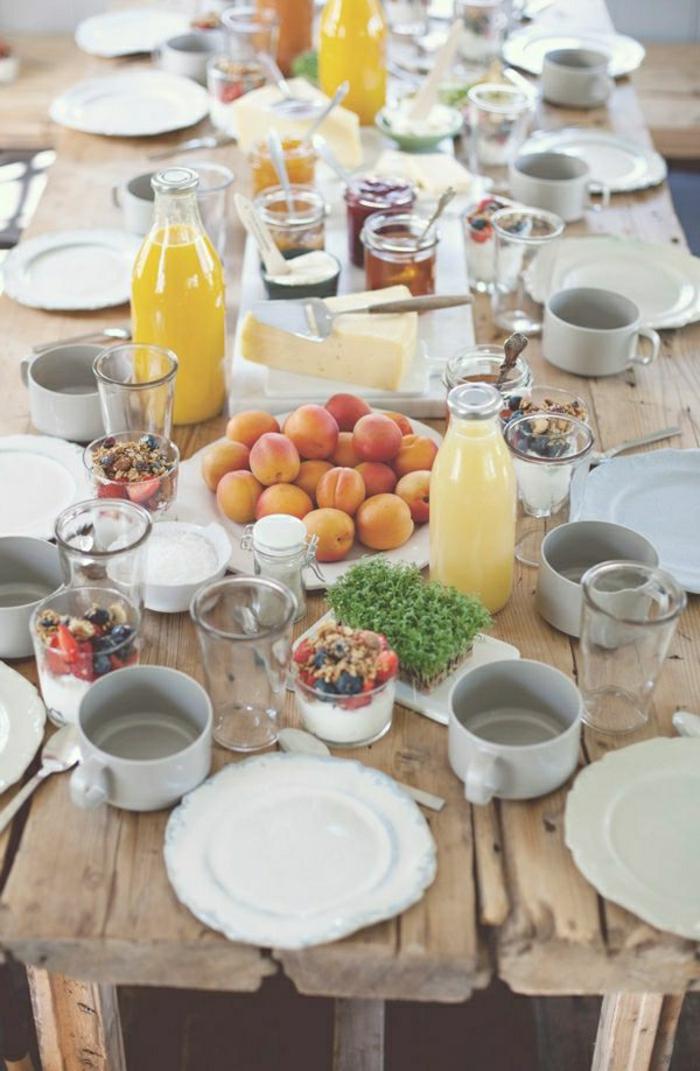 originales ideas de desayuno almuerzo, frutas con queso, jarros de miel y jarabe de acre y jugo de naranja fresco