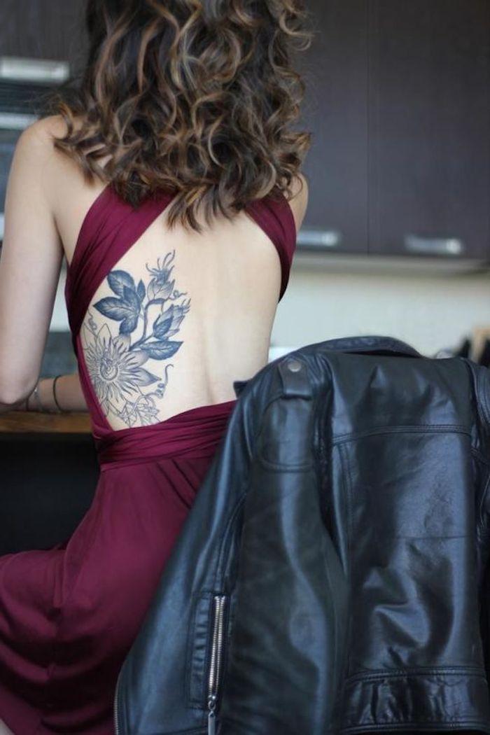 fotos de tatuajes para mujer en la espalda, preciosos tatuajes en la espalda, diseños de tattoos bonitos, tatuajes con flores