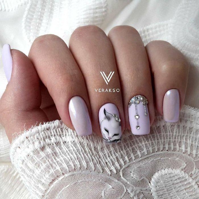 super elegantes diseños de uñas en imágenes, uñas de gel diseños, uñas cuadradas pintadas en color lila con dibujos de gatos