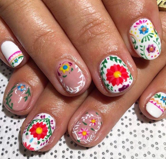 uñas pintadas en blanco y beige con bonitos decorados de bordados motivos florales, ideas sobre modelos para uñas