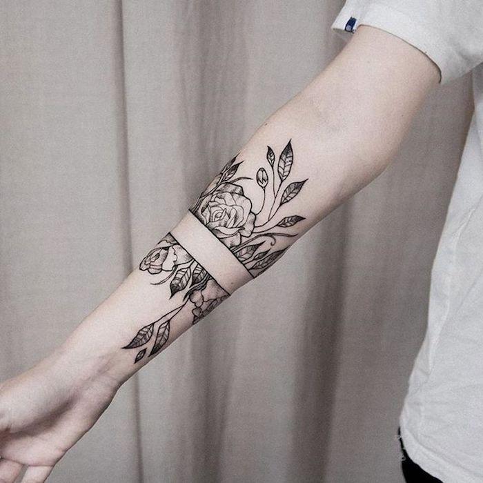 adorable tatuaje en el antebrazo, preciosos diseños de tatuajes antebrazo originales, tatuaje brazaleta en el antebrazo